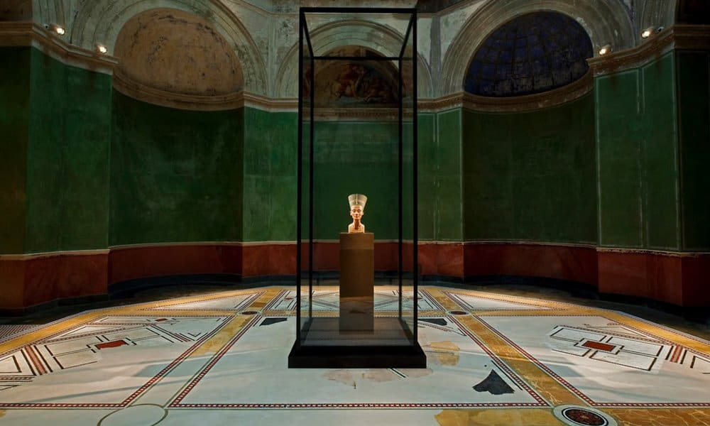 The bust of Nefertiti in a glass case in the Neues Museum, Berlin.