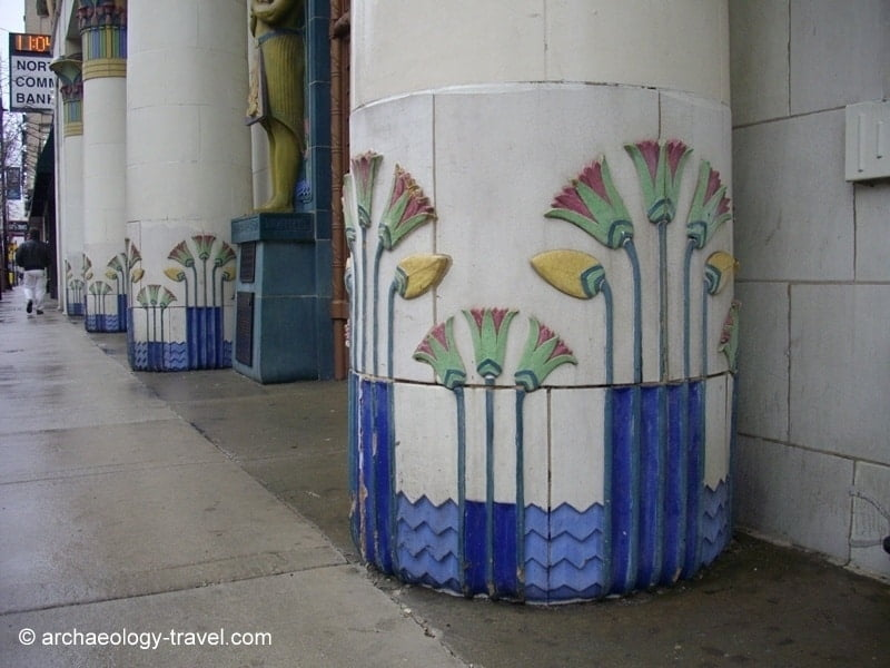 Papyrus plants decorate the columns.