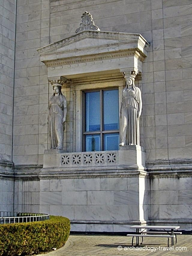 Neoclassical architectural features on the Field Museum.