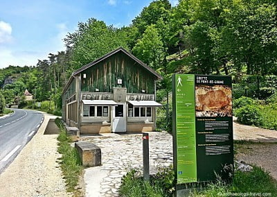 The ticket office and entry to the Grotte du Font de Gaume