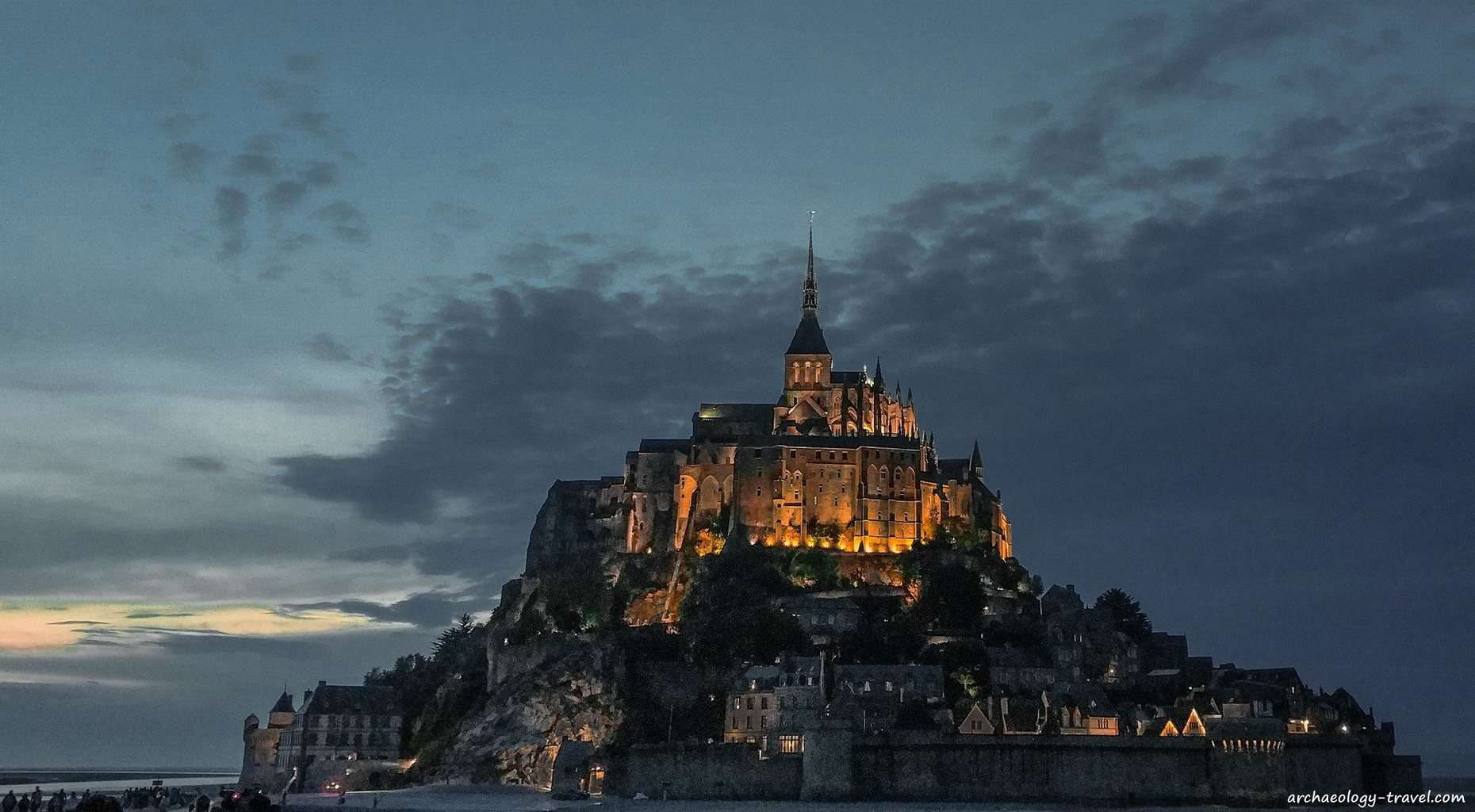 Mont Saint MIchel by night.