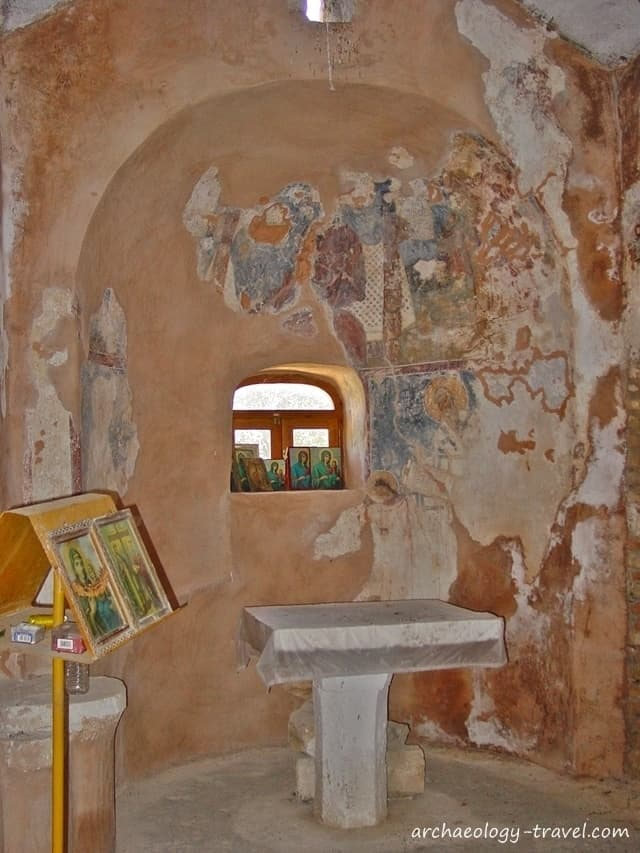 The apse, with its badly preserved frescoes.