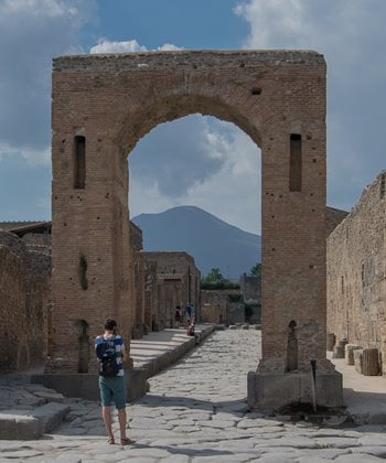 An honorary arch at the forum in Pompeii.