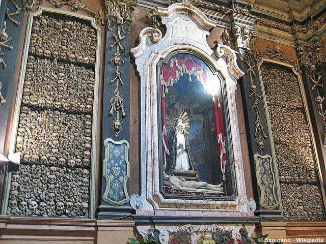 A side chapel decorated with human bones © Samoano - Wikipedia