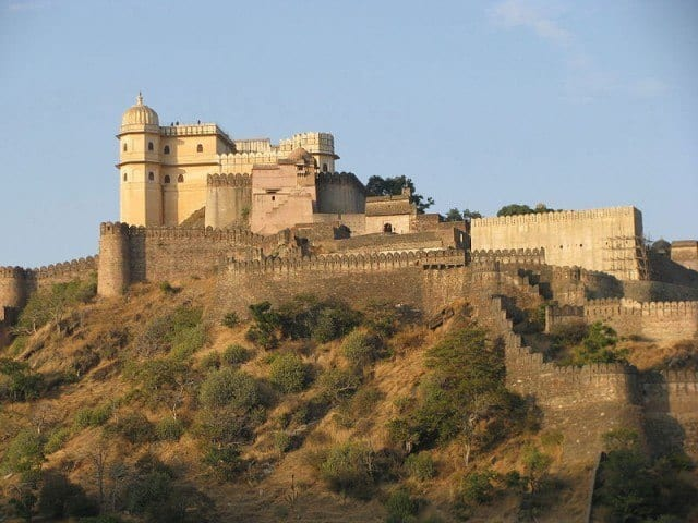 Kumbhalgarh Fort at sunset. © Amitdighe - Wikipedia