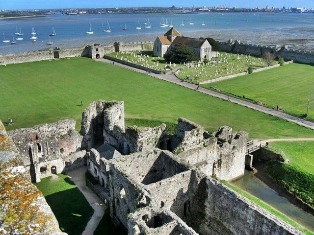Portchester Castle in Hampshire © Charles Miller - Wikipedia