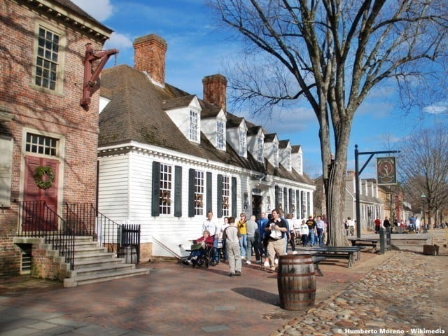Reconstructed street and tavern in Colonial Williamsburg. © Humberto Moreno - Wikimedia
