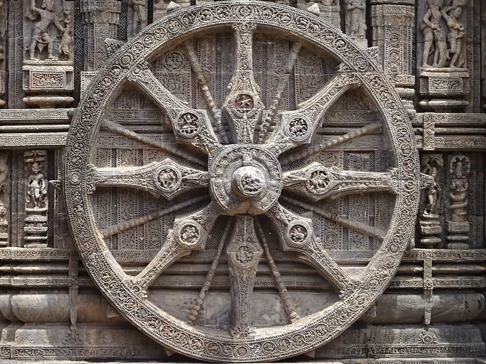 A carved chariot wheel/sundial at Konark Temple. © Kiranraj120 - Wikimedia