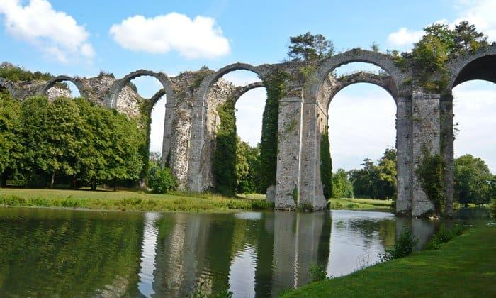 The ruined aqueduct at Château de Maintenon. Photo © Laifen/Wikimedia