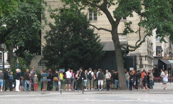 Queuing for the Catacombs in Paris, during July. Photograph © Roman SUZUKI/Wikimedia