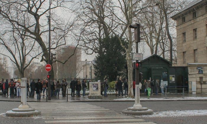 People waiting for the Paris Catacombs ticket office to open in January. Photograph © Coyau/Wikimedia