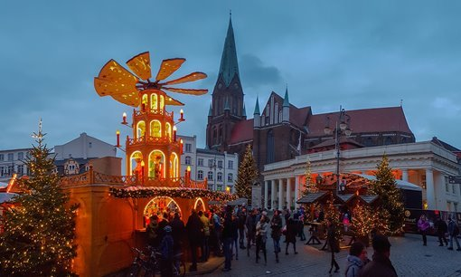 The Christmas pyramid at the Schwerin Christmas market.