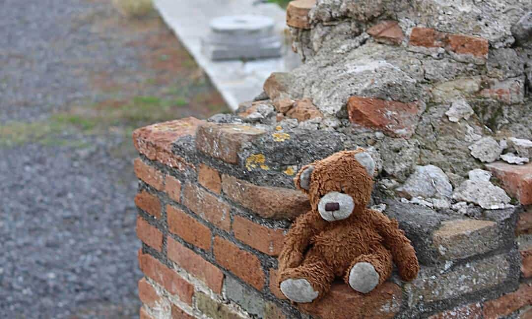 Teddy travels with child to Pompeii.