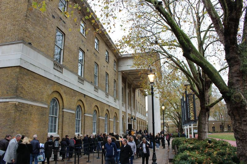 A queue of people outside the Saatchi Gallery in London.