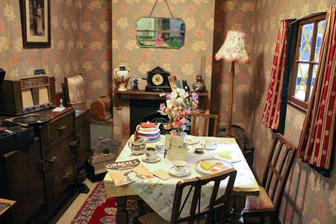 TImage of a typical 1940s dining room with 1940s furniture and crockery.