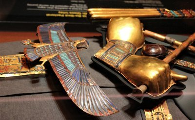 Detail of the golden hands on Tutankhamuns body
