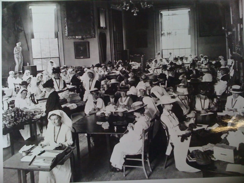 A black and white photo of women sewing in the Salisbury banqueting hall in World War I.