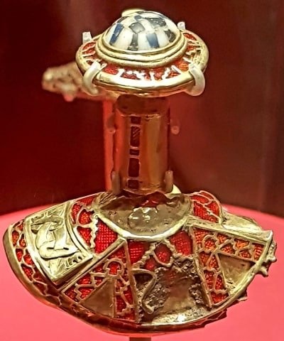 A close up of a jewelled sword hilt from the Staffordshire Hoard collection.