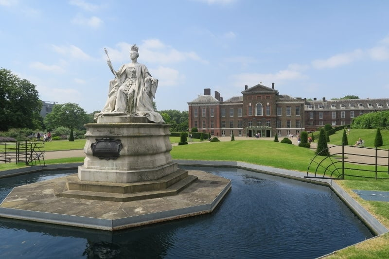 A statue in front of Kensington Palace.