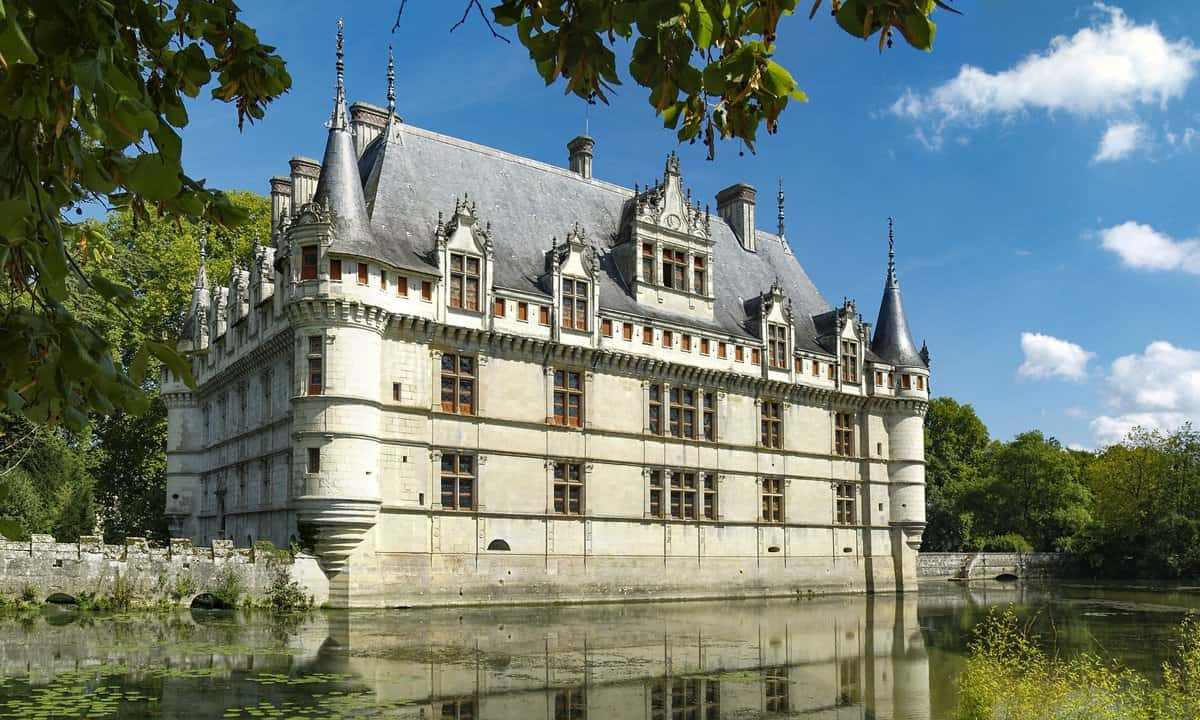Château d'Azay-le-Rideau is an island in the Indre river.